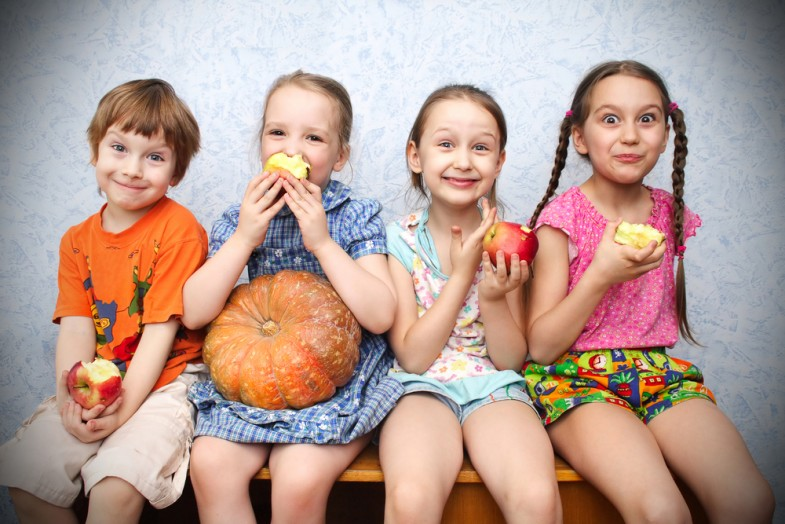 group-of-preschool-children-eating-apples_shutterstock_51829021